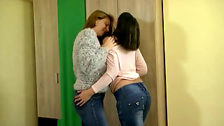 Lezzy jeans kisses