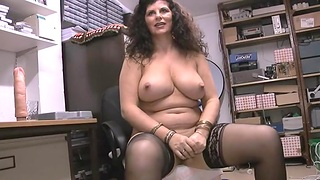 Chubby mature Gilly Sampson enjoys bringing off with her pussy on the bed