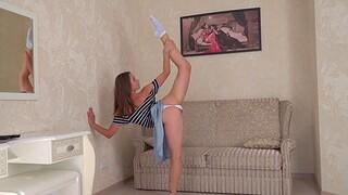 Flexi teen shows some pretty incredible moves